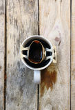 Καυτός καφές σε ένα φλυτζάνι που τοποθετείται σε ένα ξύλινο πρωί πατωμάτων Στοκ Εικόνες