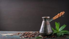 Καυτός καφές σε μια καφετιέρα ή Τούρκος σε ένα ξύλινο υπόβαθρο στοκ εικόνα