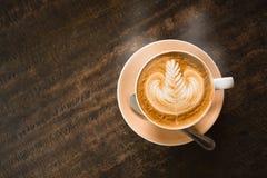 Καυτός καφές στον ξύλινο πίνακα στοκ εικόνες με δικαίωμα ελεύθερης χρήσης