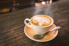Καυτός καφές στον ξύλινο πίνακα στοκ φωτογραφία με δικαίωμα ελεύθερης χρήσης