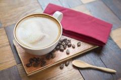 Καυτός καφές στο άσπρο φλυτζάνι στον ξύλινο πίνακα Στοκ φωτογραφίες με δικαίωμα ελεύθερης χρήσης