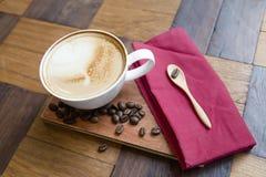 Καυτός καφές στο άσπρο φλυτζάνι στο ξύλο Στοκ φωτογραφία με δικαίωμα ελεύθερης χρήσης