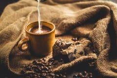 Καυτός καφές στο γυαλί και το γάλα, Arabica καφές Στοκ Εικόνες