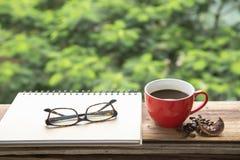Καυτός καφές στο κόκκινο φλυτζάνι στον ξύλινο πίνακα Στοκ φωτογραφία με δικαίωμα ελεύθερης χρήσης