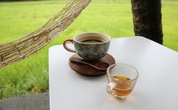 Καυτός καφές στο φλυτζάνι, καυτό amaricano μεταξύ cornfield Στοκ φωτογραφία με δικαίωμα ελεύθερης χρήσης