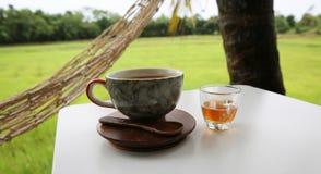 Καυτός καφές στο φλυτζάνι, καυτό amaricano μεταξύ cornfield Στοκ Εικόνες