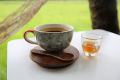 Καυτός καφές στο φλυτζάνι, καυτό amaricano μεταξύ cornfield Στοκ εικόνες με δικαίωμα ελεύθερης χρήσης
