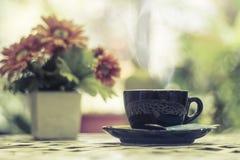 Καυτός καφές στο φλυτζάνι στο υπόβαθρο πρωινού στοκ εικόνες