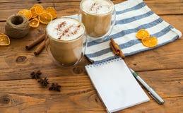 Καυτός καφές τέχνης γάλακτος στον ξύλινο πίνακα, τρύγος Στοκ Εικόνες