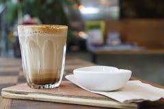 Καυτός καφές τέχνης Latte στον ξύλινο πίνακα Στοκ εικόνες με δικαίωμα ελεύθερης χρήσης