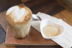 Καυτός καφές τέχνης Latte στον ξύλινο πίνακα Στοκ φωτογραφία με δικαίωμα ελεύθερης χρήσης