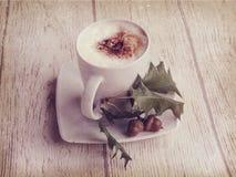 Καυτός καφές φθινοπώρου με τον αφρό και κάστανα σε ένα ξύλινο backgroun Στοκ εικόνα με δικαίωμα ελεύθερης χρήσης