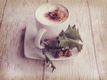 Καυτός καφές φθινοπώρου με τον αφρό και κάστανα σε ένα ξύλινο backgroun Στοκ φωτογραφίες με δικαίωμα ελεύθερης χρήσης