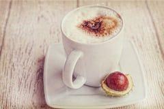 Καυτός καφές φθινοπώρου με τον αφρό και κάστανα σε ένα ξύλινο backgroun Στοκ φωτογραφία με δικαίωμα ελεύθερης χρήσης