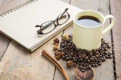Καυτός καφές χρωματισμένο στο κρέμα φλυτζάνι στον ξύλινο πίνακα Στοκ φωτογραφία με δικαίωμα ελεύθερης χρήσης