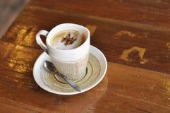 Καυτός καφές Cappuccino επιτραπέζιων φλυτζανιών Στοκ φωτογραφία με δικαίωμα ελεύθερης χρήσης
