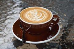 Καυτός καφές latte με την όμορφη τέχνη latte στο κεραμικό γυαλί στο lo Στοκ Εικόνες