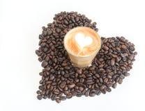 Καυτός καφές latte στη μέση της καρδιάς Στοκ φωτογραφία με δικαίωμα ελεύθερης χρήσης