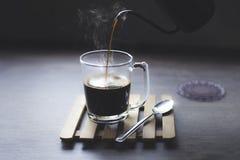 Καυτός μαύρος καφές, κινηματογράφηση σε πρώτο πλάνο στοκ εικόνες