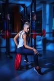 Καυτός ξανθός στη γυμναστική Στοκ Φωτογραφία