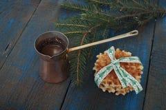 Καυτός παρασκευασμένος καφές με Crema στον Τούρκο και τις βάφλες Στοκ φωτογραφία με δικαίωμα ελεύθερης χρήσης