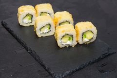 Καυτός ρόλος σουσιών με Ιαπωνικά τρόφιμα Στοκ εικόνες με δικαίωμα ελεύθερης χρήσης