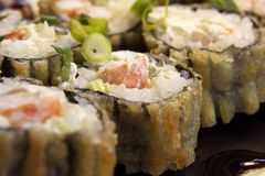 Καυτός τηγανισμένος ρόλος σουσιών με τις γαρίδες, το αγγούρι και το τυρί Φιλαδέλφεια Επιλογές σουσιών Ιαπωνικά τρόφιμα Στοκ Φωτογραφίες