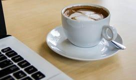 Καυτός υπολογιστής καφέ στοκ εικόνες