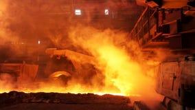 Καυτός χάλυβας που χύνεται στην υδατόπτωση στο χαλυβουργείο, βαριά έννοια βιομηχανίας r Λειωμένη παραγωγή χάλυβα φιλμ μικρού μήκους