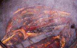 καυτός ψαριών που καπνίζε& Καπνός κρέας που καπνίζεται Καπνισμένα ψάρια Καπνισμένα σίκαλη ψάρια Στοκ Φωτογραφίες