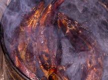 καυτός ψαριών που καπνίζε& Καπνός κρέας που καπνίζεται Καπνισμένα ψάρια Καπνισμένα σίκαλη ψάρια Στοκ Εικόνες