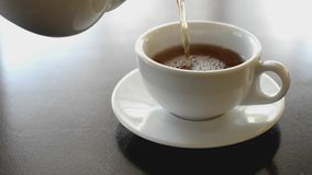 Καυτό αρωματικό μαύρο τσάι φρούτων απόθεμα βίντεο