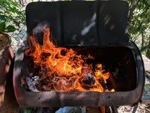 Καυτό βαρέλι πυρκαγιάς ξυλάνθρακα σχαρών στοκ εικόνες
