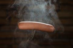 Καυτό βρασμένο λουκάνικο σε ένα δίκρανο Στοκ φωτογραφίες με δικαίωμα ελεύθερης χρήσης