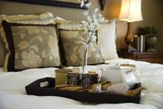 καυτό εξυπηρετούμενο τσάι κρεβατοκάμαρων Στοκ εικόνες με δικαίωμα ελεύθερης χρήσης