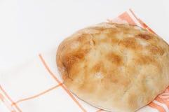 Καυτό εσωτερικό επίπεδο ψωμί σε ένα ύφασμα κουζινών Στοκ Εικόνες