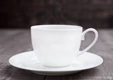 Καυτό λευκό espresso φλυτζανιών καφέ στον ξύλινο πίνακα Στοκ Εικόνα