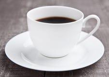 Καυτό λευκό espresso φλυτζανιών καφέ στον ξύλινο πίνακα Στοκ φωτογραφία με δικαίωμα ελεύθερης χρήσης
