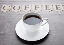 Καυτό λευκό espresso φλυτζανιών καφέ στον ξύλινο πίνακα Στοκ Φωτογραφίες