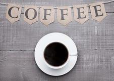 Καυτό λευκό espresso φλυτζανιών καφέ στον ξύλινο πίνακα Στοκ Φωτογραφία