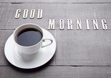 Καυτό λευκό espresso φλυτζανιών καφέ στον ξύλινο πίνακα Στοκ εικόνα με δικαίωμα ελεύθερης χρήσης