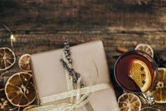 Καυτό θερμαμένο κρασί με τα καρυκεύματα και κιβώτιο δώρων στον ξύλινο πίνακα κορυφή VI Στοκ φωτογραφία με δικαίωμα ελεύθερης χρήσης