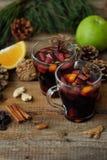 Καυτό θερμαμένο κρασί με το πορτοκάλι και τη Apple Στοκ φωτογραφία με δικαίωμα ελεύθερης χρήσης