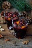 Καυτό θερμαμένο κρασί με το πορτοκάλι και τη Apple Στοκ Φωτογραφία