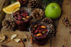 Καυτό θερμαμένο κρασί με το πορτοκάλι και τη Apple Στοκ φωτογραφίες με δικαίωμα ελεύθερης χρήσης