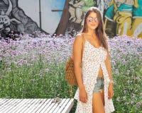 καυτό καλοκαίρι Απίστευτο πορτρέτο ενός κοριτσιού στα σορτς ελαφριών άσπρων φορεμάτων και τζιν που θέτουν σε ένα καυτό απόγευμα Στοκ Φωτογραφίες