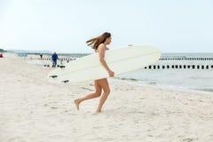 Καυτό κορίτσι surfer στοκ φωτογραφίες με δικαίωμα ελεύθερης χρήσης