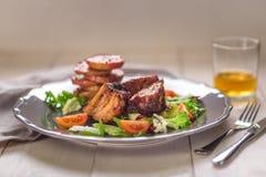 καυτό κρέας πιάτων Πλευρά χοιρινού κρέατος που ψήνονται στη σχάρα με τη σαλάτα και τα μήλα σε ένα πιάτο Στοκ φωτογραφίες με δικαίωμα ελεύθερης χρήσης