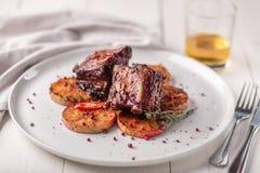 καυτό κρέας πιάτων Πλευρά χοιρινού κρέατος που ψήνονται στη σχάρα με τα πιπέρια και τα μήλα Στοκ εικόνες με δικαίωμα ελεύθερης χρήσης