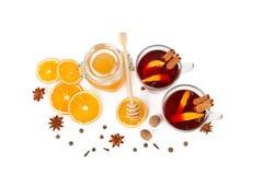 Καυτό κόκκινο θερμαμένο κρασί, μέλι μελισσών, φέτες των πορτοκαλιών και καρυκεύματα ISO Στοκ Εικόνες